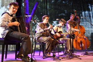 Freitag im KulturCafé --- Die Railers --- Das Jazz-Quartett lässt die großen Zeiten des Swing der 20er und 30er Jahre anklingen mit Standards von Fats Waller oder Edgar Sampson. Dazu gibt es eine Prise Eisenbahnromantik. ---Freitag, 30.8., 19.30 Uhr Eintritt frei, Spenden erwünscht. --- Friday at KulturCafé --- Die Railers ---The jazz quartet takes the audience on a musical journey through the great times of swing with standards from the 20ies and 30ies by Fats Waller or Edgar Sampson. --- Besetzung / Line-up: Christoph Klan (Klarinette) --- Friedrich Bassarak (Akkordeon) --- Johannes Hanekamp (Bass) ---Matt Baldwin (Gitarre) --- Friday, August 30th, 7.30 pm --- Admission free, donations welcome.